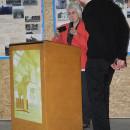 Dr. Renate Patz, Vizechefin des DOKmitt e.V., gratuliert Kurator Martin Baumert