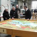 Kurator Baumert erklärt die Ausstellung