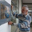 Der Fotograf Klaus Fritz baut Body Painting-Ausstellung auf
